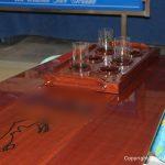 Neue Lackierung für einen Holztisch im Innenraum einer Vilm 106. Refit durch Bootswerft Baumgart in Dortmund