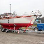Zwischenstopp auf einem Autobahn Parkplatz. Bootstransport einer fertiggestellten Motoryacht fest verzurrt auf dem 10t-Trailer der Bootswerft Baumgart in Dortmund.