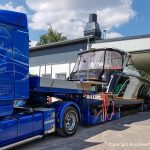 Die Scania Zugmaschine rangiert die Motoryacht in die Lackierhalle der Bootswerft Baumgart in Dortmund