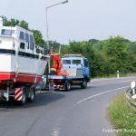 Sicherer Bootstransport einer Motoryacht zur Autobahn durch Bootswerft Baumgart.
