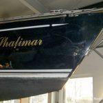 Der Bug der Comfortina 38 Segelyacht vor Beginn der Arbeiten in der Werfthalle der Bootswerft Baumgart in Dortmund