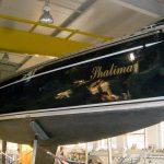 Steuerbordseite der Comfortina 38 Segelyacht vor Beginn der Arbeiten in der Werfthalle der Bootswerft Baumgart in Dortmund