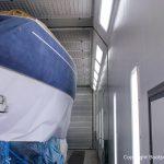 Fertig geschliffene Comfortina 38 Segelyacht vor der Lackierung in der grossen Lackierkabine der Bootswerft Baumgart in Dortmund. Das Unterwasserschiff und das Deck sind bereits mit Papier abgedeckt.