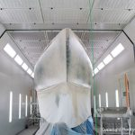 Die Grundierung der Comfortina 38 Segelyacht ist jetzt angeschliffen. In der Lackierkabine der Bootswerft Baumgart in Dortmund