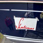 Neuer Schriftzug für den Bootsnamen an der Backbordseite der Comfortina 38 Segelyacht auf dem Werftgelände der Bootswerft Baumgart in Dortmund