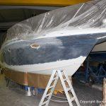 Schleifarbeiten für die Bootslackierung einer Formula 40 PC Motoryacht mit Effecktlack in der Werfthalle der Bootswerft Baumgart in Dortmund