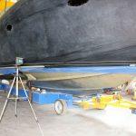 Vorbereitungen zur Lackierung des Wasserpass bei der Bootslackierung einer Formula 40 PC Motoryacht mit Effecktlack in der Werfthalle der Bootswerft Baumgart in Dortmund