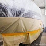 Lackierung des Wasserpass bei der Bootslackierung einer Formula 40 PC Motoryacht mit Effecktlack in der Lackierkabine der Bootswerft Baumgart in Dortmund