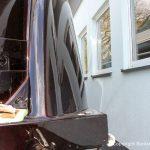 Heck einer Formula 40 PC Motoryacht mit Effektlack Bootslackierung in der Sonne auf dem Werftgelände der Bootswerft Baumgart in Dortmund