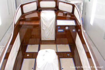 Lackierung der Holzflächen im Cockpit der Rapsody 29 in der Lackierkabine der Bootswerft Baumgart in Dortmund