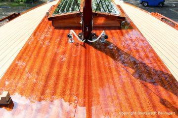 Neu lackierte Mahagoni Flächen auf Deck der Rapsody 29 auf dem Werftgelände der Bootswerft Baumgart nach durchgeführter Bootslackierung in Dortmund