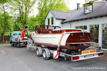 Rapsody 29 auf dem Bootstrailer auf dem Werftgelände der Bootswerft Baumgart nach durchgeführter Bootslackierung in Dortmund