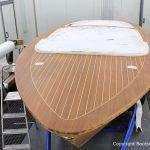 Schleifarbeiten an einer Boesch 590 St. Tropez bei der Bootslackierung in der Lackierkabine für ein Refit der Bootswerft Baumgart in Dortmund