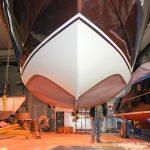Unterwasserschiff einer Boesch 590 St. Tropez am Deckenkran der Werfthalle der Bootswerft Baumgart in Dortmund