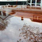 Spiegelungen auf dem klar lackierten Deck eines Boesch 590 St. Tropez Motorboots nach durchgführtem Refit in der Bootswerft Baumgart in Dortmund
