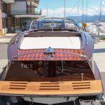 Heck eines Boesch 590 St. Tropez Motorboots auf dem Bootstrailer nach durchgeführtem Refit in der Bootswerft Baumgart