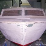 Bug der Chris Craft MX 25 Motoryacht beim Refit in der Werfthalle der Bootswerft Baumgart in Dortmund