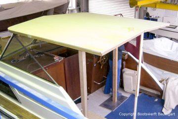 Provisorische Stützen für das Dach der Chris Craft MX 25 Motoryacht beim Refit in der Werfthalle der Bootswerft Baumgart in Dortmund
