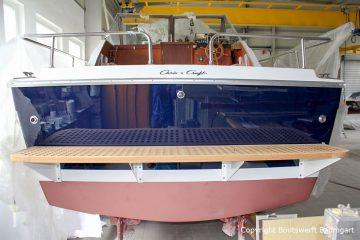 Heck mit Badebrett der Chris Craft MX 25 Motoryacht nach durchgeführtem Refit in der Werfthalle der Bootswerft Baumgart in Dortmund