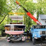 Chris Craft MX 25 Motoryacht wird nach durchgeführtem Refit auf dem Werftgelände der Bootswerft Baumgart in Dortmund für den Transport zum Zielhafen mit dem Autokran auf den Bootstrailer verladen
