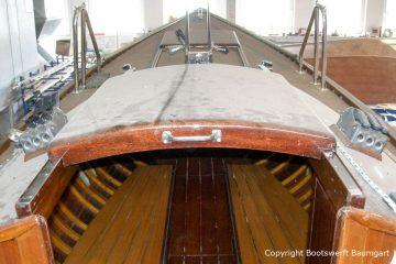 Schiebeluk der Lacustre Segelyacht im alten Lack vor dem Refit in der Werfthalle der Bootswerft Baumgart in Dortmund