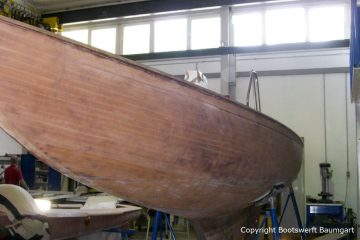 Abgebeizter Rumpf der Lacustre Segelyacht beim Refit in der Werfthalle der Bootswerft Baumgart in Dortmund