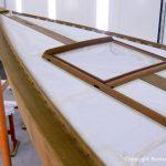 Das geschliffene Holz des Vorschiffs der Lacustre Segelyacht beim Refit in der Lackierkabine der Bootswerft Baumgart in Dortmund