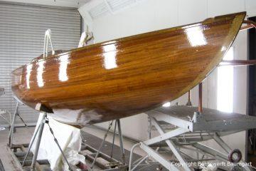 Alter Lack am Rumpf der Lacustre Segelyacht vor dem Refit in der Lackierkabine der Bootswerft Baumgart in Dortmund
