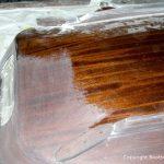 Schleifarbeiten am Kajütdach der Lacustre Segelyacht beim Refit in der Werfthalle der Bootswerft Baumgart in Dortmund