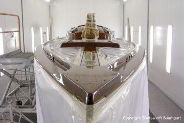 Bug beim Refit / Lackierung des Decks der Lacustre Segelyacht in der Lackierkabine der Bootswerft Baumgart in Dortmund
