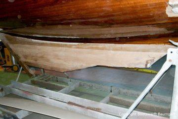 Kiel der Lacustre Segelyacht ohne den demontierten Kielballast beim Refit in der Werfthalle der Bootswerft Baumgart in Dortmund