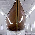 Bug der Lacustre Segelyacht nach der Bootslackierung in der Lackierkabine der Bootswerft Baumgart in Dortmund
