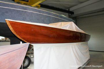 Backbord Seite der Lacustre Segelyacht nach der Bootslackierung in der Werfthalle der Bootswerft Baumgart in Dortmund