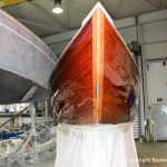 Bug der Lacustre Segelyacht nach der Bootslackierung in der Werfthalle der Bootswerft Baumgart in Dortmund