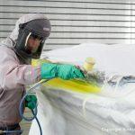 Stefan Baumgart in Schutzkleidung bei der Lackierung eines Malibu Skier Euro f3 Motorboots beim Refit in der Lackierkabine der Bootswerft Baumgart in Dortmund