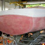 Schleifarbeiten am Rumpf beim Refit einer Varianta 65 in der Werfthalle der Bootswerft Baumgart in Dortmund