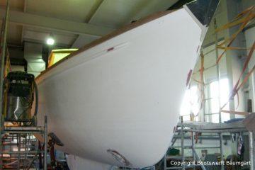 Rumpf einer Vilm 106 beim Refit in der Werfthalle der Bootserft Baumgart in Dortmund
