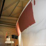 Grundierung des Rumpfes einer Comfortina 38 in der Lackierkabine der Bootswerft Baumgart in Dortmund