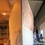 Schleifarbeiten am Rumpf einer Comfortina 38 in der Werfthalle der Bootswerft Baumgart in Dortmund