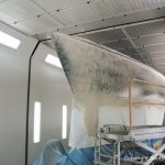 Vorarbeiten an einer Comfortina 38 in der Lackierkabine der Bootswerft Baumgart in Dortmund