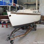 Jaguar 22 Segelkajütboot bei der Reparatur in der Werfthalle der Bootswerft Baumgart in Dortmund