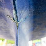 Riss im Kiel der LM 28 Segelyacht vor der Reparatur auf dem Werftgelände der Bootswerft Baumgart in Dortmund