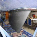 Grundierung des Kiels der LM 28 Segelyacht auf dem Hafentrailer nach durchgeführter Reparatur in der Werfthalle der Bootswerft Baumgart in Dortmund