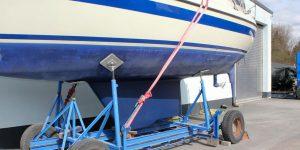 LM 28 Segelyacht mit fertig repariertem Kiel auf dem Hafentrailer auf dem Werftgelände der Bootswerft Baumgart in Dortmund