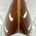 Bug eines Drachen / Dragon Segelbootes bei der Bootslackierung / Restauration in der Lackierkabine der Bootswerft Baumgart in Dortmund