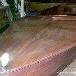 Schleifarbeiten an einem Holz Kielzugvogel in der Werfthalle der Bootswerft Baumgart in Dortmund