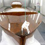 Lackierung des Holzdecks eines Kielzugvogel in der Lackierkabine der Bootswerft Baumgart in Dortmund