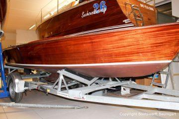 Kielzugvogel aus Holz nach der Restauration in der Bootswerft Baumgart in Dortmund auf dem Bootstrailer in der Werfthalle