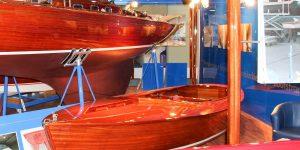 Fertig restaurierter Kielzugvogel der Bootswerft Baumgart auf dem Messestand der Boot in Düsseldorf