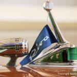 Signalhorn und Buglicht mit blauem Riva Fähnchen auf dem Vorschiff der Riva Ariston nach durchgeführter Restauration in der Werfthalle der Bootswerft Baumgart in Dortmund